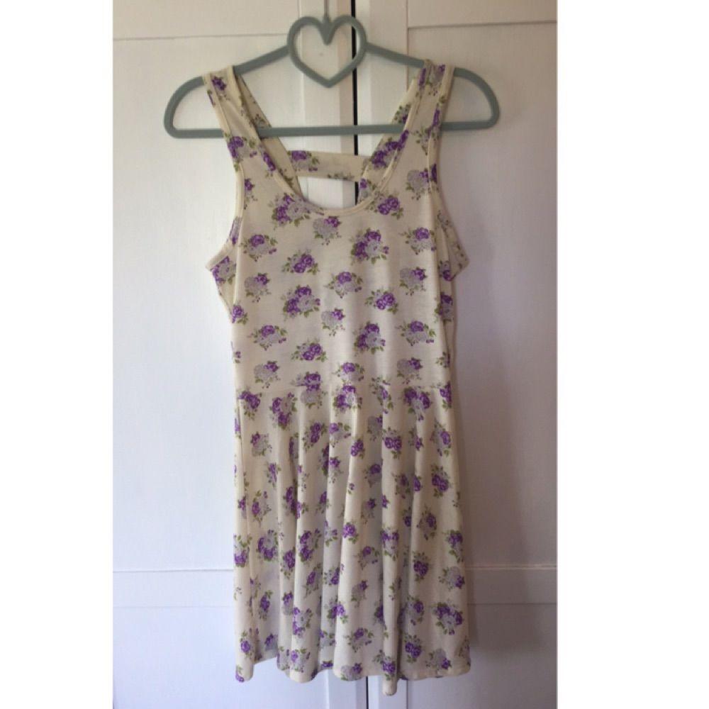 d5de55f4162a Gul klänning med lila blommor och - Bik Bok Klänningar - Second Hand