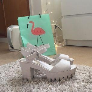 Snygga vita Chunky heels endast använda några gånger. Lita smutsiga under. Säljes endast pga att jag aldrig använder klackar. Lätta att gå i!