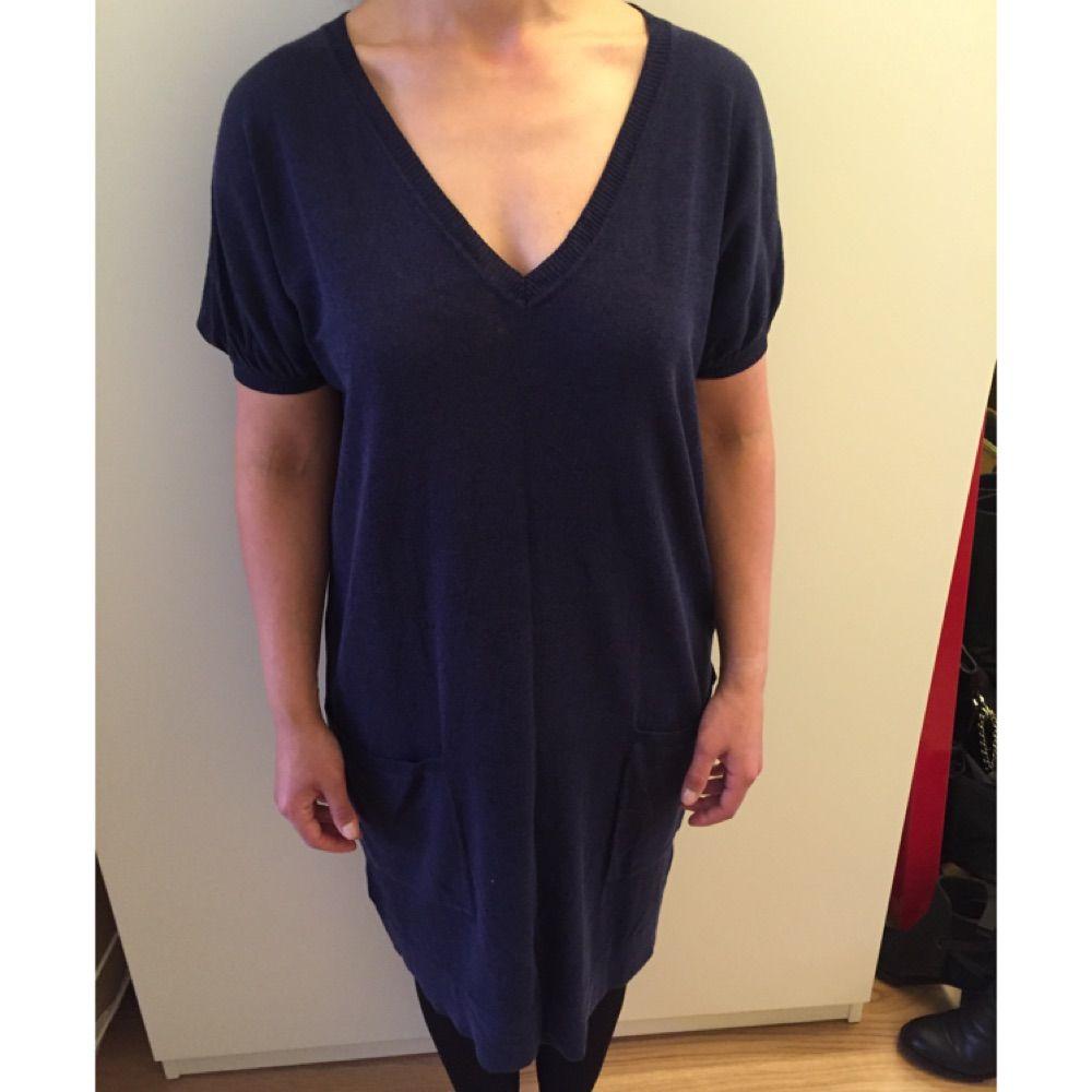 aa65ba0c555 V-ringad klänning marinblå.Stickat - Second Hand