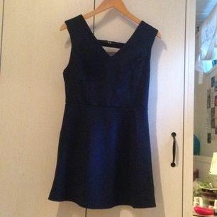 Mörkblå klänning från Dry Lake (köpt från Nelly). Endast använd ett fåtal gånger (3), dock är den lite uppsydd i kjolen. Öppen rygg, enkel men elegant. Tar swisch (frakt 30-40kr)