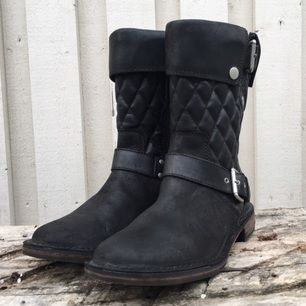 Skor, stl. 36, flicka   UGG Conor Women's Black Leather Buckle Motorcycle Riding Boots  http://www.amazon.com/UGG-Australia-Womens-Conor-B lack/dp/B007ZV7IYI%3Fpsc%3D1%26SubscriptionId%3DAK IAJQI4WMRX5G4E5LIQ&tag=phumocom-20  Size US 5 (36)  Material: Fårskinn Färg: Svart Stlk: 36  Är jättefint skick och bra kvalitet!  Nypris: 295$