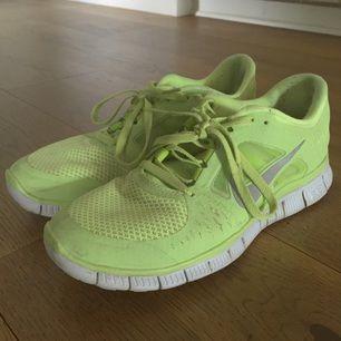 Ljusgröna Nike Free Run 3 i storlek 39. Säljer pga att de är för små för mig. Möts gärna upp i Stockholm för leverering men kan även posta! Betalning via swish, kontant eller bankgiro.
