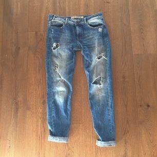 Slitna jeans i boyfriend modell från Zara i storlek 38. Möts gärna upp i Stockholm för leverering men kan även posta! Betalning via swish, kontant eller bankgiro.