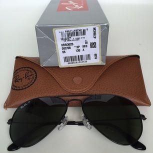 Säljer mina knappt använda Rayban RB3025 002/58 solglasögon med polariserat glas-supersköna att se igenom i starkt solljus! Snygga, svarta med mörkt grönt glas. Blev inspirerad av SincerelyJules, men dom passar inte mitt ansikte. Äkta såklart, och utan några defekter. Inköpta från Iloveeyewear. Om du söker efter fler bilder hos dom så är deras artikelnr 6430808. Betalade 1800:- 2014, och priset är detsamma på nätet idag.