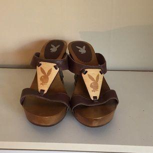 Helt oanvända Playboy-skor. Kilklack. Storlek 40. Säljer pga present som bara blivit liggandes.