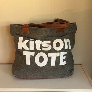 Handväska med tryck. Kitson TOTE
