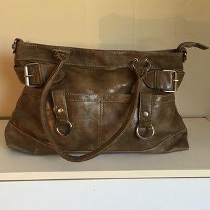 Beige handväska. Oanvänd. Säljer pga present som har blivit liggandes.