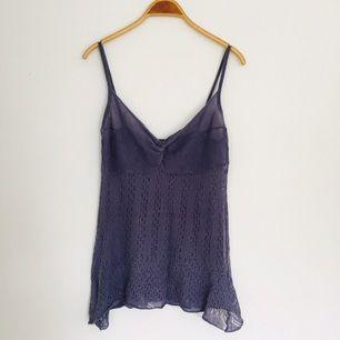 Längre, stickad topp köpt på loppis! Jättefin till ett par jeans eller som en klänning över en annan klänning eller topp!