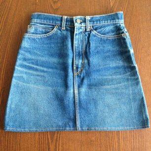 Vintage Levis jeanskjol. Ej storleksmärkt men uppskattar den till strl XS/S. Hög midja och A-linjeformad. Betalning med swish, porto tillkommer på 60kr.