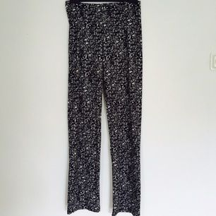 Utan att överdriva, de skönaste byxorna/tightsen med 95% Polyester, 5% Elastane. Från märket Crossbow.  Dessa är egentligen ett par tights till en storlek 38/40, men sitter jättesnyggt som tighta byxor till mig som själv är en storlek 34. Något utsvängda som ni ser på bild 3. Något höga i midjan!
