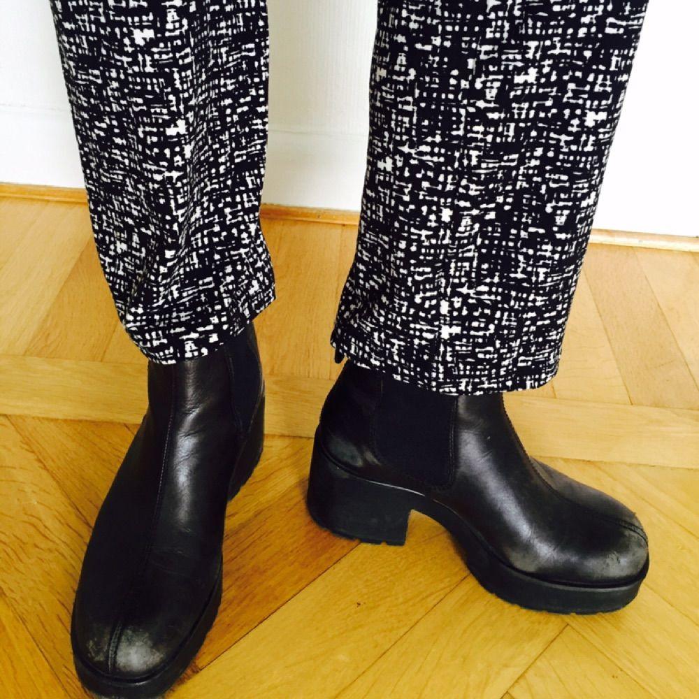 Utan att överdriva, de skönaste byxorna/tightsen med 95% Polyester, 5% Elastane. Från märket Crossbow.  Dessa är egentligen ett par tights till en storlek 38/40, men sitter jättesnyggt som tighta byxor till mig som själv är en storlek 34. Något utsvängda som ni ser på bild 3. Något höga i midjan! . Jeans & Byxor.