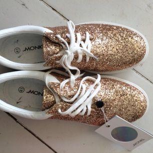 Glittriga skor från Monki, helt oanvända med lappen kvar. Frakt tillkommer