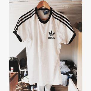 Säljer min fina adidas tröja, anledning för att jag har alldeles för många adidas kläder.  Ord pris. 300:-