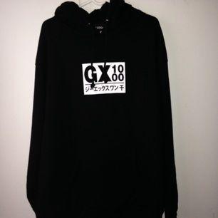 GX JAPAN HOODIE BLACK/WHITE   Säljer min GX1000 hoodie som jag beställde från hemsidan. Den är Helt oanvänd och säljer den för 700 låter fair trots att shipping och allt gick på typ 980.