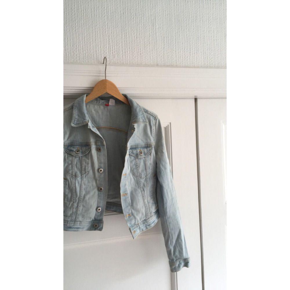 En somrig jeansjacka från H&M. Ganska liten i storlek. Köparen står för eventuell frakt😚. Jackor.
