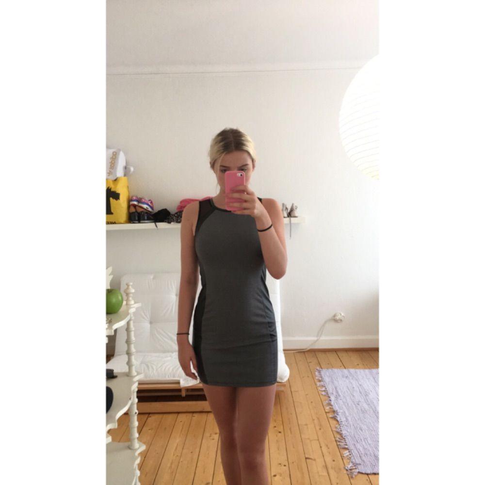 Ascool klänning från H&M! Enbart använd ett fåtal gånger. Säljer för den är för stor. Köparen står för eventuell frakt😚. Klänningar.