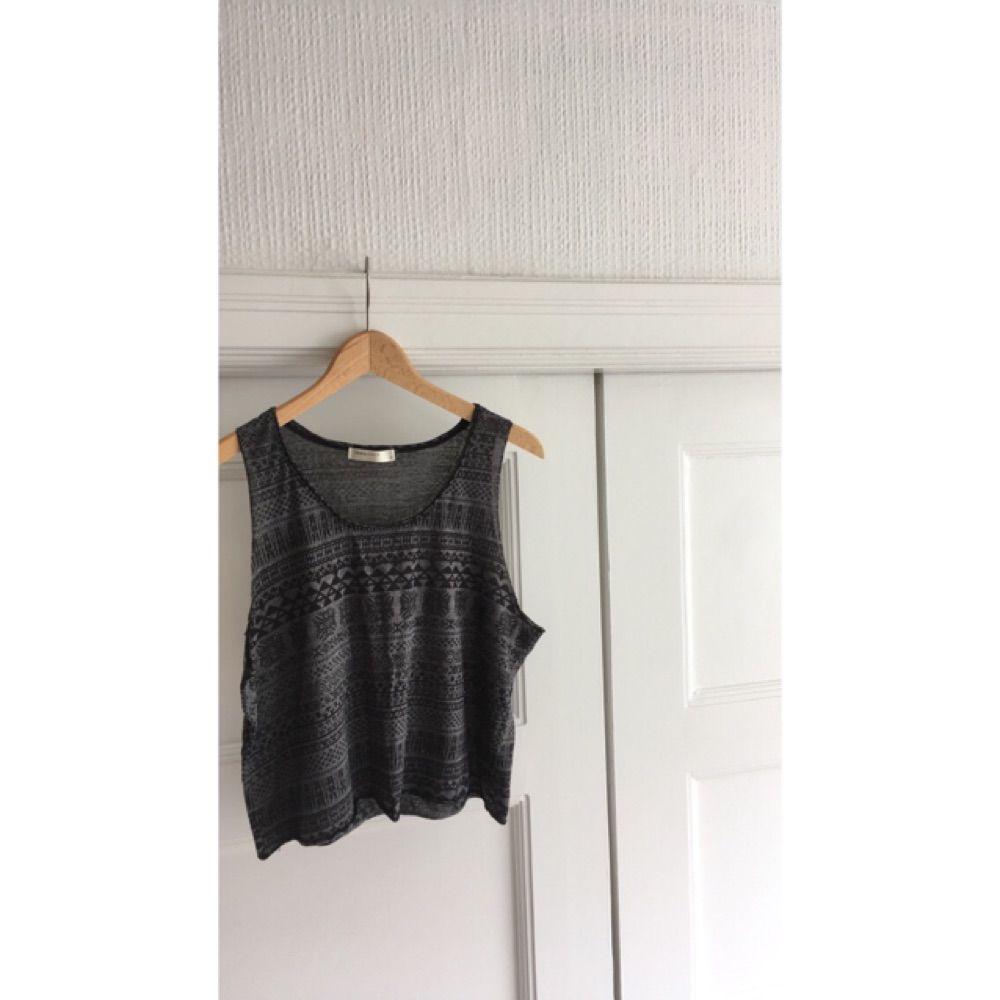 Coolt linne med mönster. Köpt i Danmark. Köparen står för eventuell frakt😚. Toppar.
