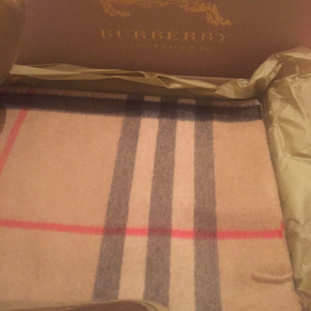56e7e754860d 1. Burberry Classic Cashmere Scarf (Ny i kartong) 4000 kronor 2.