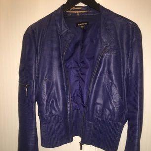Bebe skinnjacka i äkta läder. Jackan är använd och en aning sliten vid nacken. Därav, det låga priset.