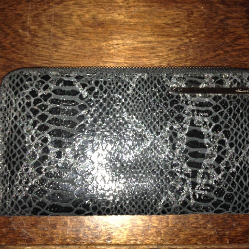Helt ny och oanvänd Kenneth Cole plånbok i svart läder. Enkel, stilren och rymlig nog att användas som en liten väska.. Väskor.