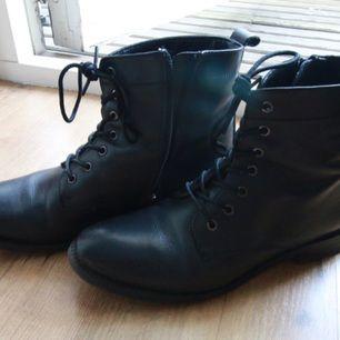Sparsamt använt svarta skor i skinn, från Ellos. Inga skador. 'Pointy' skor, alltså lite långa framtill