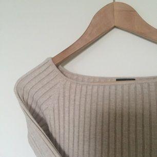 En jätte skön tröja som passar väldigt bra. Mycket bra stretch och visar konturerna av kroppen väl. Också en favorit av mina!