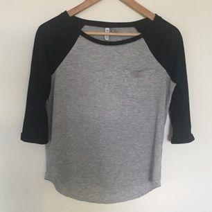 Trekvarts tröja från H&M. Väl använd och är i mycket bra skick. Har en sydd ficka på vänstra sidan av bröstkorgen. Väldigt skönt material!