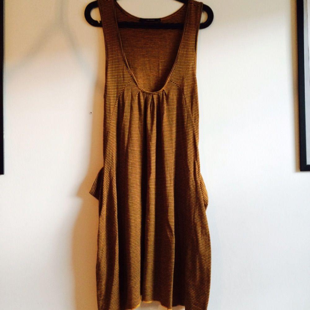 36b5b3b120 Gul och svart-randig klänning med fickor från Vero Moda