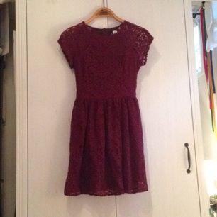 Fin mörkröd klänning från H&M.  Spets i fint mönster och sitter fint, endast använd 3 ggr. Tar swisch och frakt tillkommer🌸