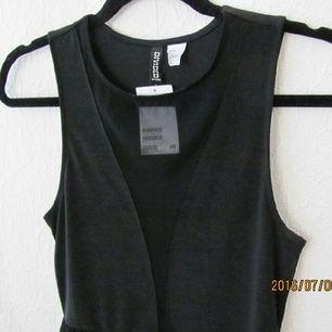 Oanvänd snygg klänning från HM med transparent mellan brösten.  Tags kvar!  Pris kan diskuteras, fraktas 💫