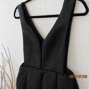 Oanvänd snygg klänning köpt på tradera. Den tidigare säljaren hade aldrig använt klänningen och hen köpte den från SheInside.  Säljer pga för stor för mig, annars är den riktigt snygg!! Klänningen är väldigt öppen mellan brösten och på ryggen/sidan.  Pris kan diskuteras, frakt ingår 💫