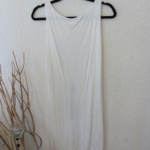 Vit klänning med tags kvar från Nelly.com (märke: F•A•V). Djup skurning i ryggen!  Fraktas 💫