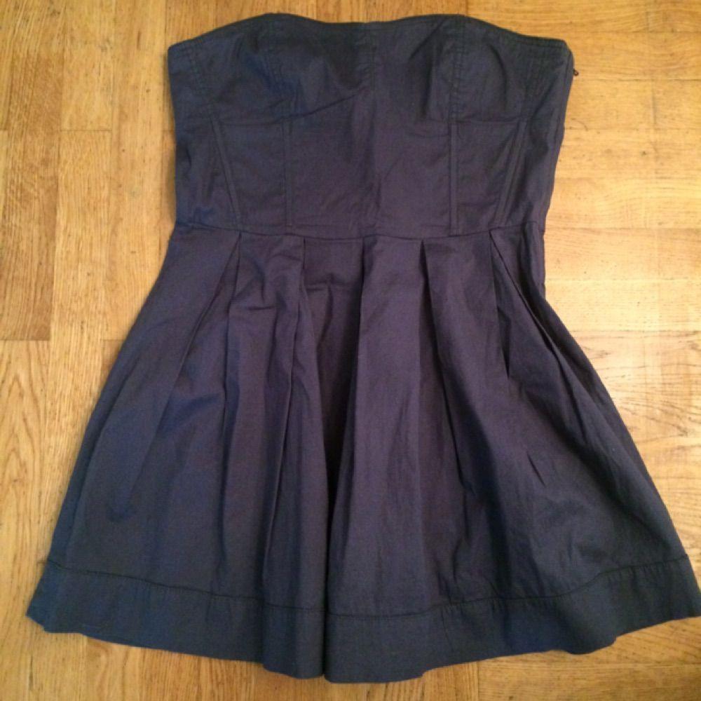 fd909d2eac50 Mycket fint skick, endast använd fåtal gånger. Kort axelbandslös klänning,  98% bomull ...
