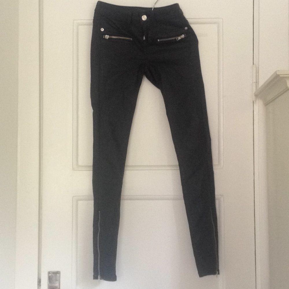 Svarta byxor i läderimitation från ginatricot. Endast använda ett fåtal  gånger! Dragkedjor vid ben ... 4ca93495b8ce3