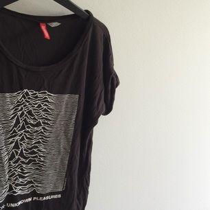 Joy division tshirt från HM. Säljer pga för liten för mig. Jättesnygg dock ett litet hål som syns på sista bilden.