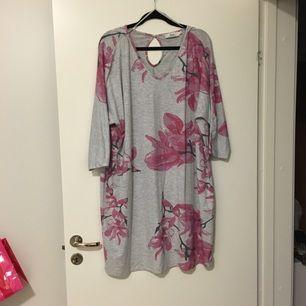 Grå klänning med blomstertryck och trekvarts-ärmar från Zizzi. Storlek M, men passar en L/XL då Zizzis storlekar är en aning större än