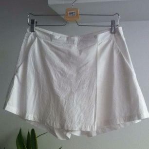 Vit omlottkjol/shorts från weekday. Kjol fram och shorts bak. Använt 1 gång. Passar större S
