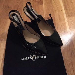 Små lackklackar från Malene Birger storlek 36. Aldrig använda, väldigt dyra i inköp. Lapp under och påse till kvar. Fint skick!