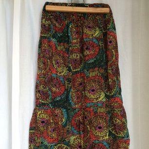 Shorts jumpsuit i Vlisco-inspirerade mönster. Fickor i sidan, resår både högst upp och i midjan. Aldrig använda.