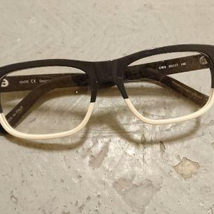 så snygga oanvända glasögon utan styrka från samarbete mellan Carin wester och vasuma.