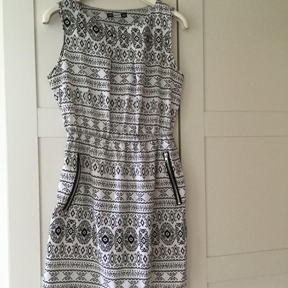 f15ab19391a9 Svart och vit mönstrad klänning i lite syntetiskt material, med  blixtlåsfickor . Klänningar.