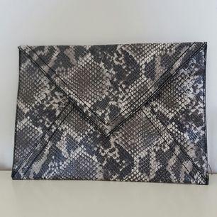 Kuvertväska från H&M i konstskinn.