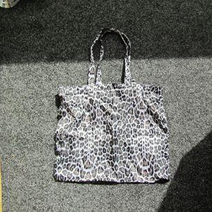 Tunn väska från HM. kan användas till stranden etc.  Frakt blir blir 14:-