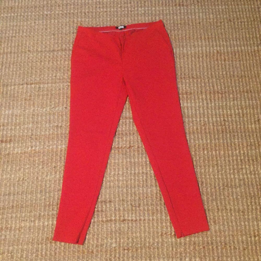 Röda kostymbyxor från Bikbok. Knappt - Bik Bok Jeans   Byxor ... 6a6a49f155cbb