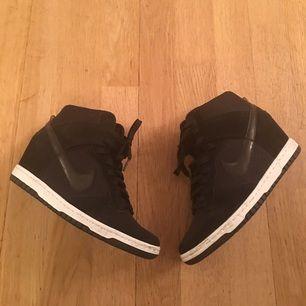 Säljer mina Nike dunk sky High. Nike skor med inbyggd klack. Använda 1 gång.