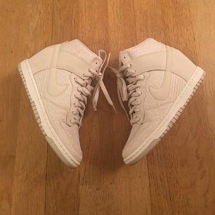 Säljer mina Nike dunk sky High. Sneakers med inbyggd klack. Använda 1 gång