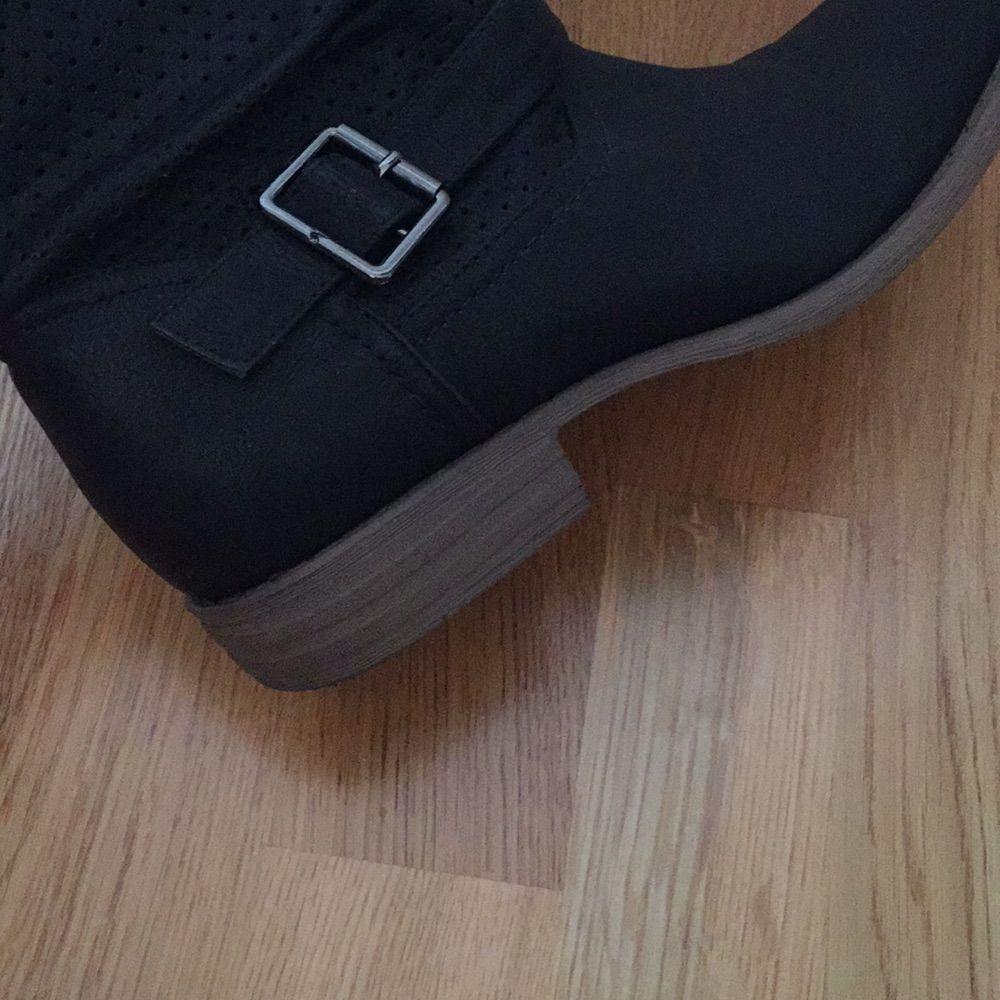 ee6d6668cfa Endast använda Svart sko i skinnimitation med brun sula och cirka 19 cm  högt skaft.