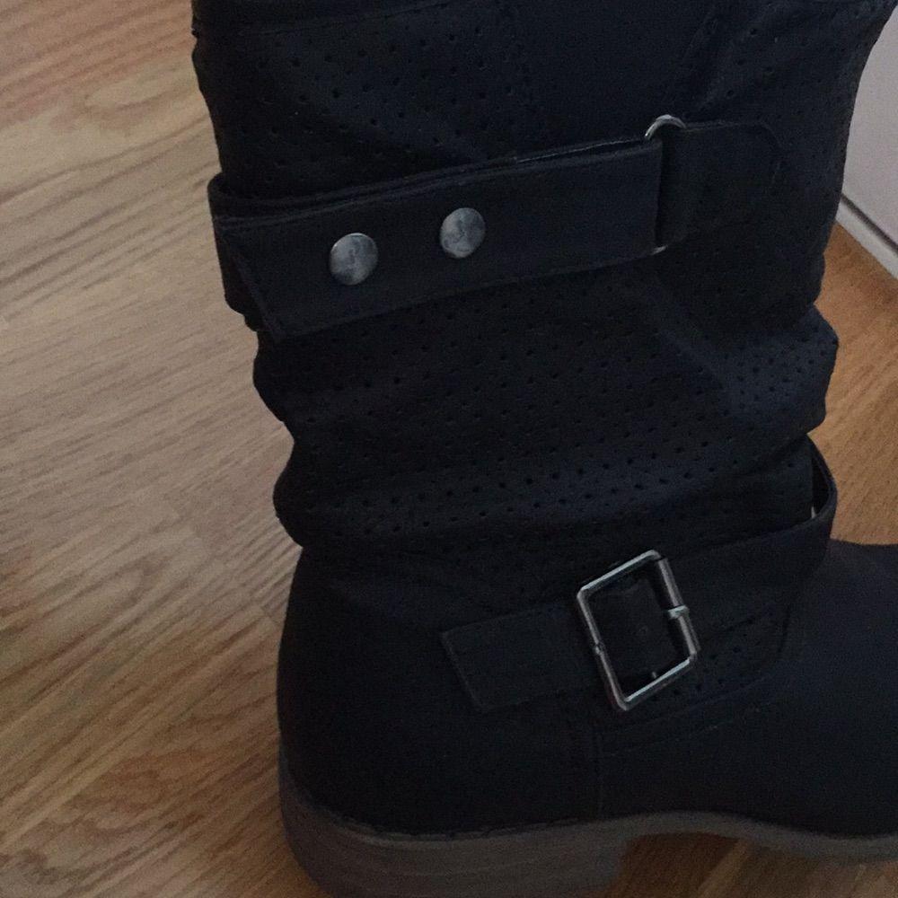 994d7cf3c35 Endast använda Svart sko i skinnimitation med brun sula och cirka 19 cm  högt skaft. Endast använda