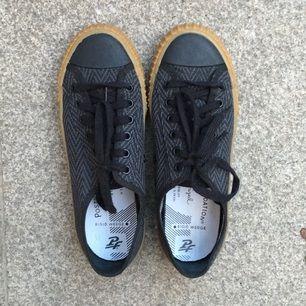US strl 8.  I princip helt nya svarta canvas sneakers från PF flyers. Inhandlade i USA i år pch säljes pga för stor storlek. Använda en gång.