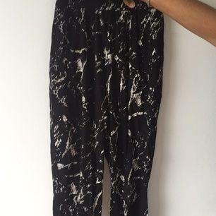 Fina mönstrade sköna byxor från Wekday